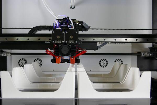Machine d'impression 3D qui fabrique des pièces pour l'industrie