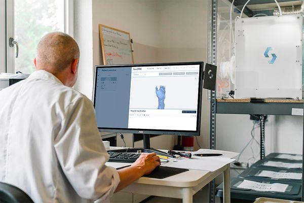 Personne travaillant sur l'intégration de machines d'impression 3D dans une entreprise
